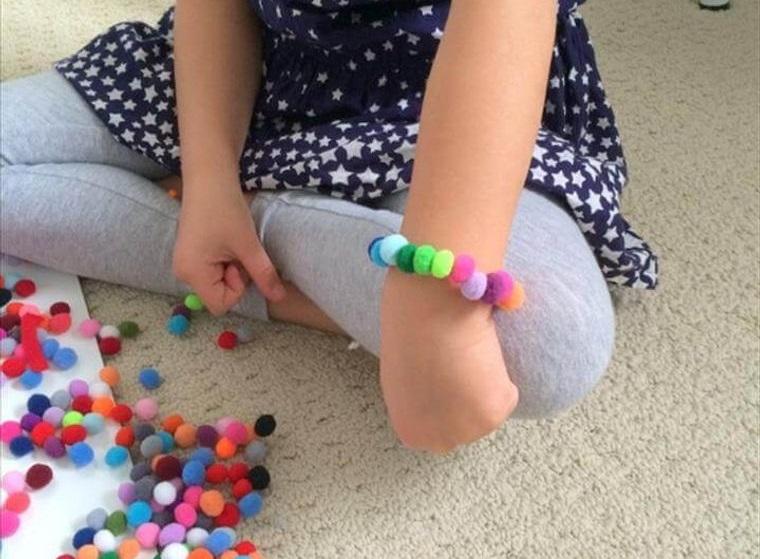 pompoms bracelet girl